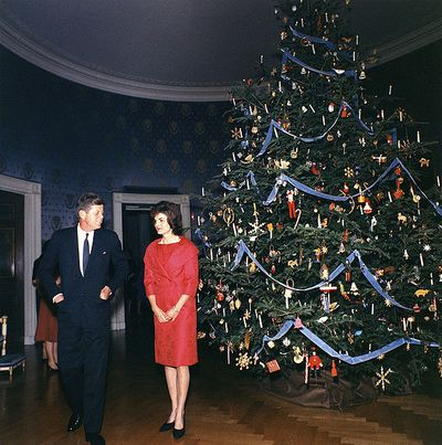 594px-1961_Blue_Room_Christmas_tree_-_John_and_Jacqueline_Kennedy