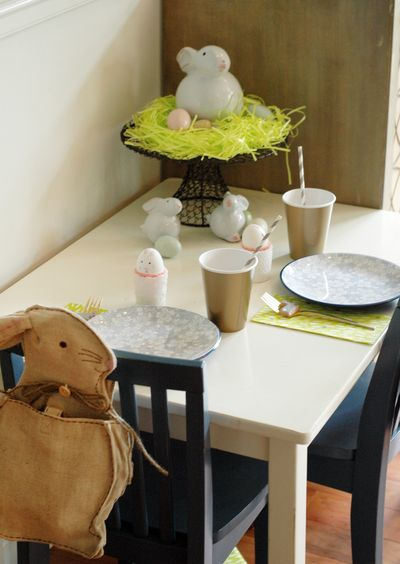 Non-Fussy Easter Kiddie Table // BunnyCakes